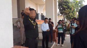 รุมจวก ทหารยศ พ.อ. ชูนิ้วกลางใส่กลุ่มเดินมิตรภาพ ขณะยื่นหนังสือให้ผู้ว่าฯ พะเยา