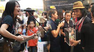 ครูสลา นำทีมศิลปิน ร้องเพลงเปิดหมวก หารายได้ช่วยน้ำท่วมอีสาน