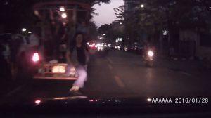 สังคมอยู่ยาก!! สาวกระโดดพุ่งลงกลางถนน ตีเนียนทำเหมือนโดนรถชน