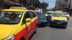 ตร.ชี้ อูเบอร์ ผิด กฎหมาย แท็กซี่ 20 คันกรูปิดล้อมเก๋งผิดอาญา