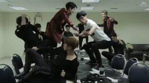 EXO – ยู แจซอก ออกสเต็ปสุดรั่ว! ในตัวอย่างเพลงใหม่ Dancing King