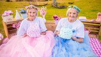 สดใสมาก! หลานสาวแชะภาพเป็นของขวัญ คุณยายฝาแฝด เป่าเค้กฉลองครบ 100 ปี