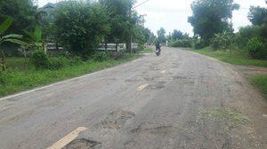 ชาวบ้านสุดทน! นิมนต์พระมาเจิมถนนช่วยปัดเป่า หลังพังมานานกว่า 5 ปี ไร้การเหลียวแล