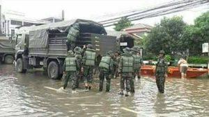 ชาวเน็ตวิจารณ์ยับ! หนุ่มจวกทหารใส่ชุดเกราะ ลงพื้นที่ช่วยน้ำท่วมสกลฯ