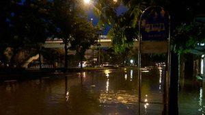 ฝนถล่มกรุงกลางดึก เกิดน้ำท่วมขังหลายจุด รถเล็กสัญจรลำบาก