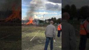 เหตุบึ้มป่วนเมือง จุดไฟเผาหุ่นในงานคาร์นิวัลยอดนิยมเมืองน้ำหอม เจ็บอื้อ