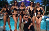 Adam Saaks ดีไซน์เนอร์ที่เปลี่ยนเสื้อผ้าของสาวๆให้มีความเซ็กซี่ขึ้นในพริบตา