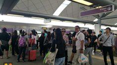 ประชาชนแห่ใช้บริการสถานีเชื่อมรถไฟฟ้าสายสีม่วง เตาปูน-บางซื่อ คึกคัก