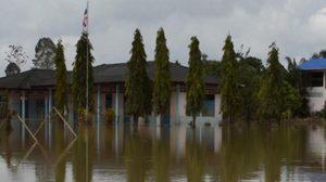มวลน้ำจากแม่น้ำตรัง หลากท่วมหลายจุดใน อ.เมืองต่อเนื่อง ต้องใช้เรือสัญจร