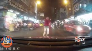 แชร์ว่อน! คลิปหนุ่มกระโดดใส่หน้ารถแท็กซี่ ย่านห้วยขวาง