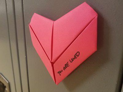 นักเรียนหนุ่มเซอร์ไพรส์เพื่อน มอบหัวใจให้กว่า 1,500 ดวง