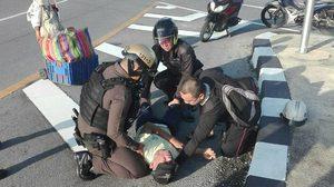 ชื่นชม 2 ตำรวจ! เข้าช่วยเหลือ ชายสูงวัยทรุดลงกับพื้น
