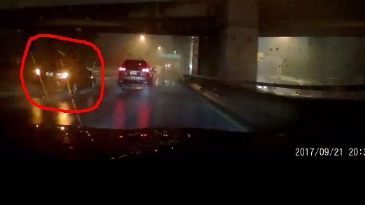 พฤติกรรมที่ผิด! 'ฝนตกเปิดไฟฉุกเฉิน' ลองมาดูว่าถ้าคุณขับรถตามหลังจะรู้สึกยังไง