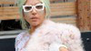 เลดี้ กาก้า กับเดรสลูกไม้สีขาว โชว์ท่อนบนสุดหวิว