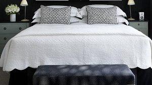 10 ไอเดีย แต่งห้องนอนให้เก๋ด้วย หัวเตียงสีดำ