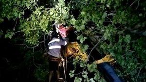 นักบินพารามอเตอร์ หวังขึ้นบินถ่ายรูป กลับเจอลมกระโชก ค้างอยู่บนต้นไม้นาน 2 ชม.
