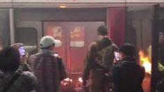 ระทึก ! ชายสูงวัยจุดไฟเผาตัวเองคารถไฟใต้ดินฮ่องกง บาดเจ็บ 13 ราย