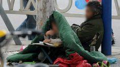 น่าเวทนา เด็กหญิงชาวจีนห่มผ้าทำการบ้าน นั่งข้างพ่อขอทาน
