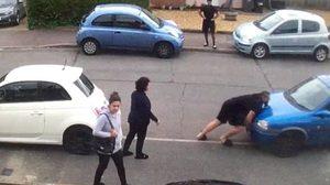 แข็งแกร่ง!! พ่อหนุ่มกล้ามโตจัดการยก รถยนต์ ที่จอดขวางหน้าบ้าน ด้วยสองมือของตัวเอง