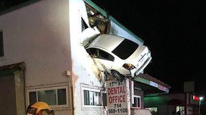 เป็นไปได้!! รถยนต์ เสียหลักพุ่งเข้าไปเสียบกลางตึกเข้าอย่างจัง โชคดีไม่มีใครเสียชีวิต