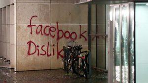 ผู้ไม่หวังดี พ่นสี ทุบทำลายสำนักงาน Facebook ในเยอรมนี