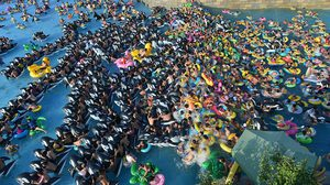 ชาวจีนนับพันคนเบียดเสียดเข้าไปใน สวนน้ำ เพื่อคลายร้อน