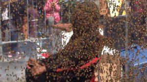 """Blood Honey โปรโมตหนังวิธีใหม่ ด้วยการให้ """"มนุษย์เคราผึ้ง"""" มาทำลายสถิติโลก"""