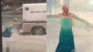 ต้องให้ถึงมือข้า!! หนุ่มบอสตันแต่งตัวเป็นเจ้าหญิงเอลซ่า เข้าไปช่วยรถตำรวจจากพายุหิมะ