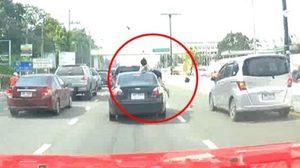 เปิดคลิปนาทีชีวิต สาวถูกรถชนกระเด็น หลังใช้โทรศัพท์ขณะข้ามถนน