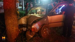 หวิดสิ้นชื่อ! ลุงวัย 62 ขับกระบะเสียหลักชนต้นไม้ริมถนน บาดเจ็บสาหัส