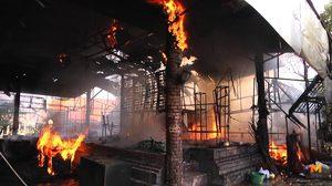 เสียงระเบิดดังลั่น ! ไฟไหม้ลานจัดแสดงตลาดน้ำอโยธยา คาดไฟฟ้าลัดวงจร