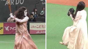 Sadako vs Kayako ในสนามเบสบอล เอาผีมาเล่นเปิดสนามก็ได้หรอ?