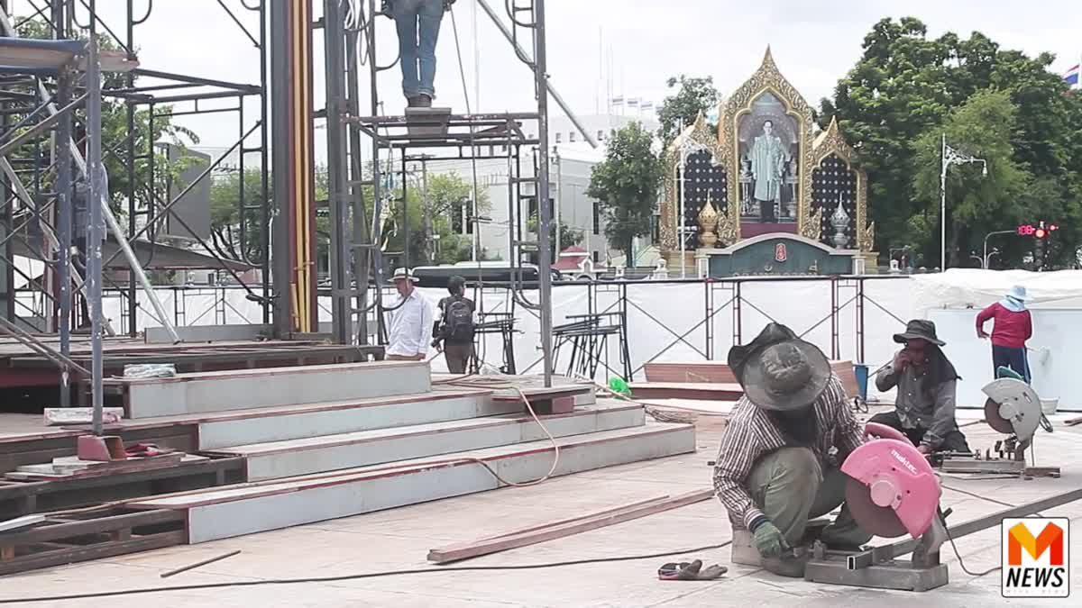 ช่างก่อสร้างเร่งมือจัดสร้างพระเมรุมาศจำลอง ณ พระลานพระราชวังดุสิต