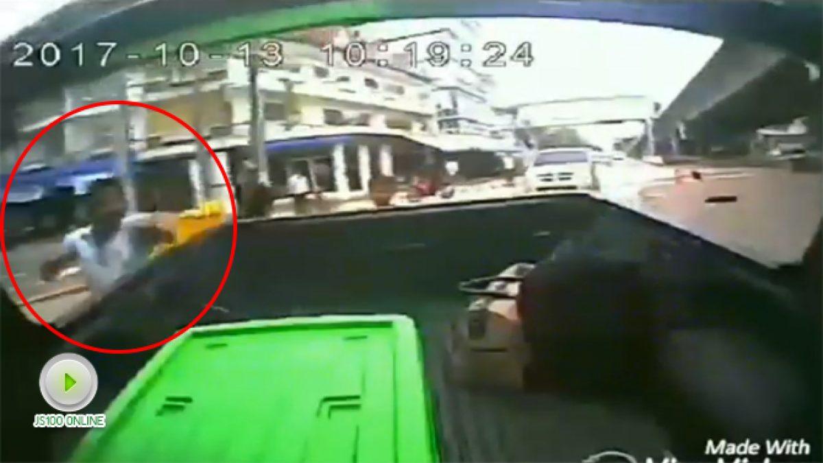 เตือนภัย! โจรพยายามจะวิ่งมาดึงของด้านหลังรถกะบะ อ.แม่สอด จ.ตาก (14-10-60)