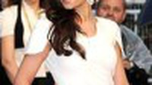 Cheryl Cole กับเดรสขาว-แดง เรียบหรู อลังการ สะกดทุกสายตา