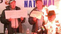 ช็อก!ผู้นำม็อบแรงงาน จุดไฟเผาตัวเอง ต่อหน้าสื่อฯ (คลิป)