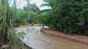 ฝนกระหน่ำ อ.ครบุรี จ.นครราชสีมา น้ำป่าซัดทรายท่วมบ้านจมกว่า 1 เมตร