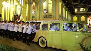 เปิดภาพประทับใจ นักเรียนวชิราวุธ เข็นรถพระที่นั่ง ส่งเสด็จในหลวง ร.10