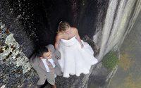 เสียวสุดๆ เมื่อช่างภาพถ่ายภาพเวดดิ้งคู่บ่าวสาวบนแนวหินหน้าผาสูง