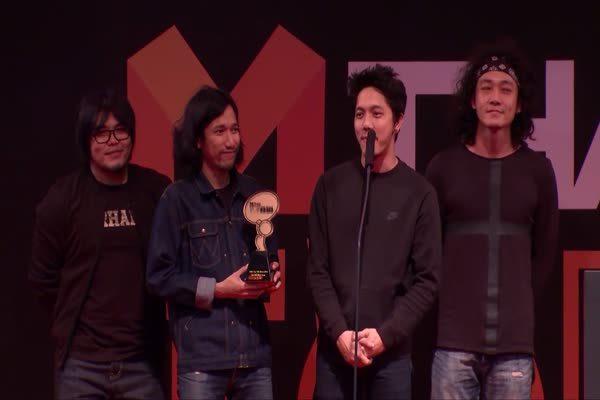 วง โปเตโต้ เจ้าของเพลง ทิ้งไว้กลางทาง รับรางวัล Top talk-about Song
