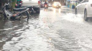 ฝนถล่มจ.ประจวบคีรีขันธ์ ทำให้มีน้ำท่วมถนนหลายสาย