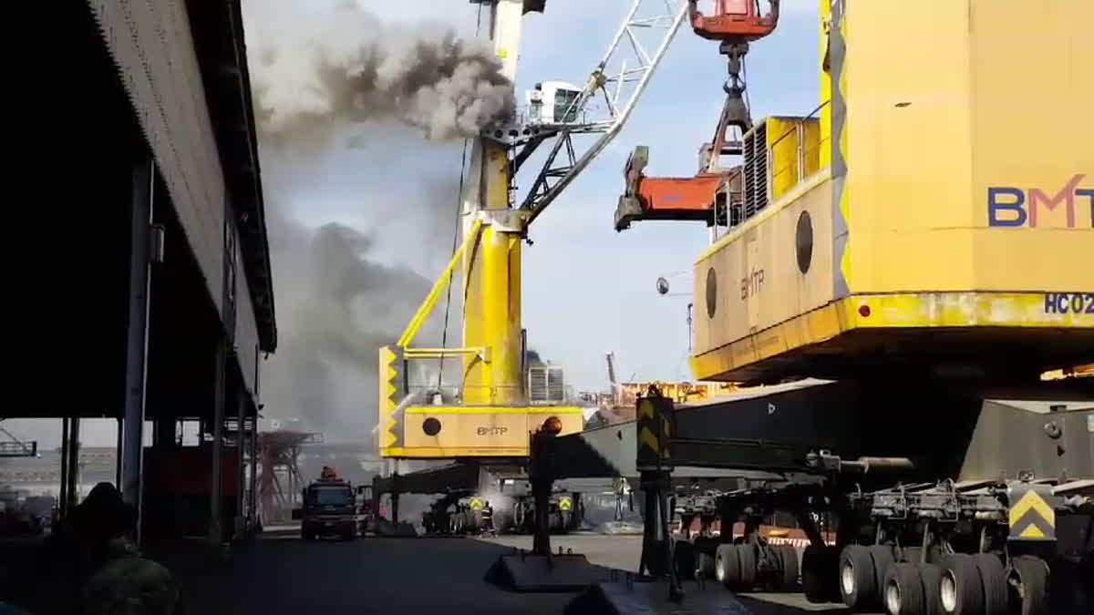 ไฟไหม้เครน ขณะยกตู้สินค้าในท่าเรือ ย่านพระสมุทรเจดีย์ จ.สมุทรปราการ
