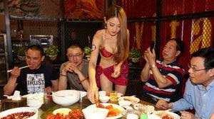 เพราะการแข่งขันมันสูง ร้านอาหารในจีนเลยจัด สาวเสิร์ฟในชุดบิกินี่ เพื่อเรียกลูกค้า
