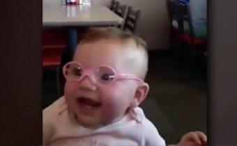 ทารกน้อยใส่แว่นเห็นพ่อแม่เป็นครั้งแรก