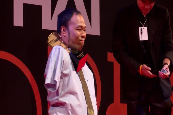เอกชัย วรรณแก้ว มนุษย์เพนกวิน รับรางวัล Top Talk-about Guy