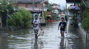 ชาวปทุมธานี วอนสร้างสะพานเข้าออกช่วงน้ำท่วม หลังต้องเดินลุยน้ำไปทำงาน
