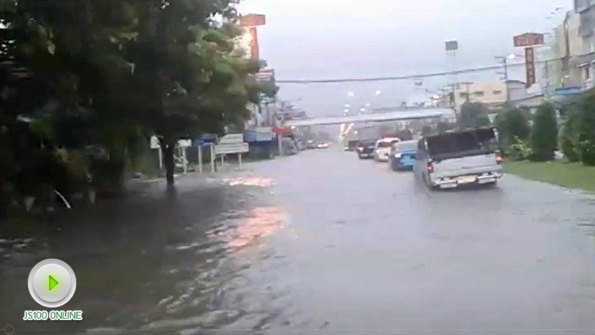 ถ.เพชรเกษม ที่สี่แยกชะอำ จ.เพชรบุรี  ฝนตกหนักทำให้มีน้ำท่วมทุกช่องทาง  รถผ่านไม่สะดวก