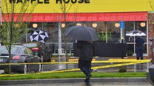 คนร้ายแก้ผ้าควงไรเฟิลกราดยิงร้านขนมในสหรัฐฯ พบฮีโร่ช่วยแย่งปืน