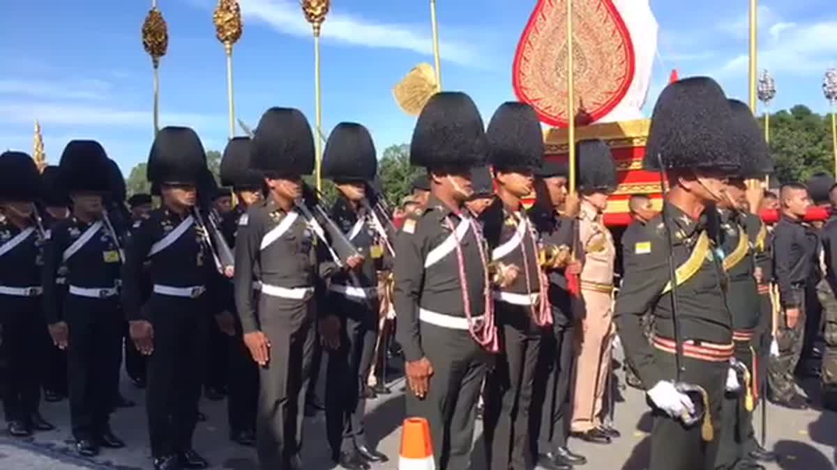 การฝึกซ้อมริ้วขบวนพระราชอิสริยยศ ในงานพระราชพิธีถวายพระเพลิงพระบรมศพ บริเวณกองพันทหารราบที่ 2 กรมทหารราบที่ 11 รักษาพระองค์ บางเขน