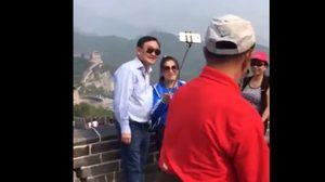 """ลูกสาวอวดคลิป """"ทักษิณเที่ยวจีน"""" นักท่องเที่ยวเอเชียรุมถ่ายรูป"""
